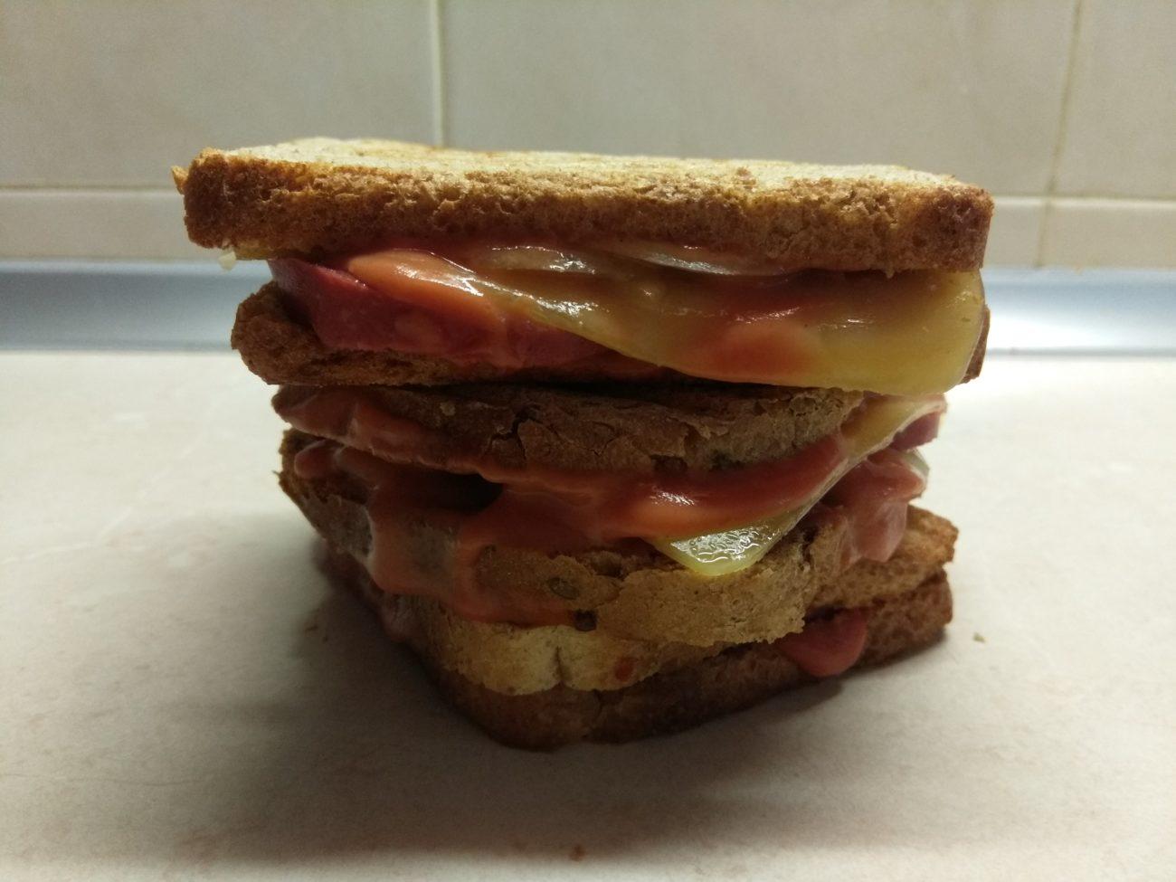 Сэндвичи с маринованным луком, салями и сыром Эдам