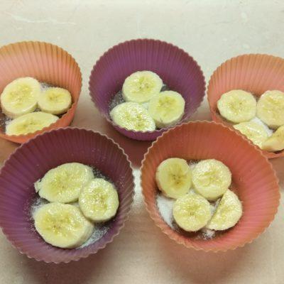 Фото рецепта - Творожные кексы с бананами в карамели - шаг 2