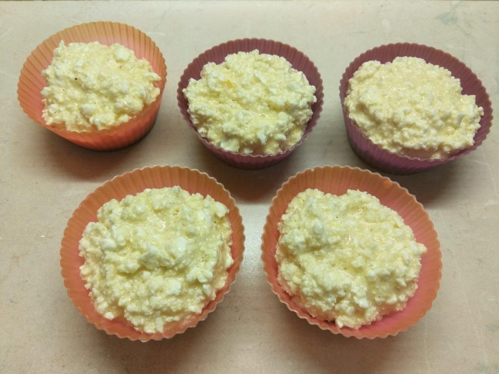 Фото рецепта - Творожные кексы с бананами в карамели - шаг 5