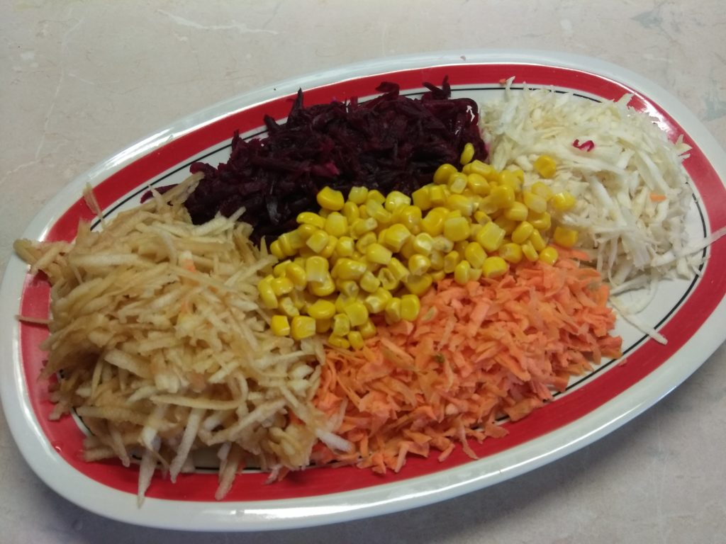 """Фото рецепта - Салат овощной """"Веселая радуга"""" - шаг 5"""