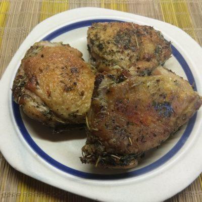 Куриные бедра, запеченные в духовке в прованских травах - рецепт с фото