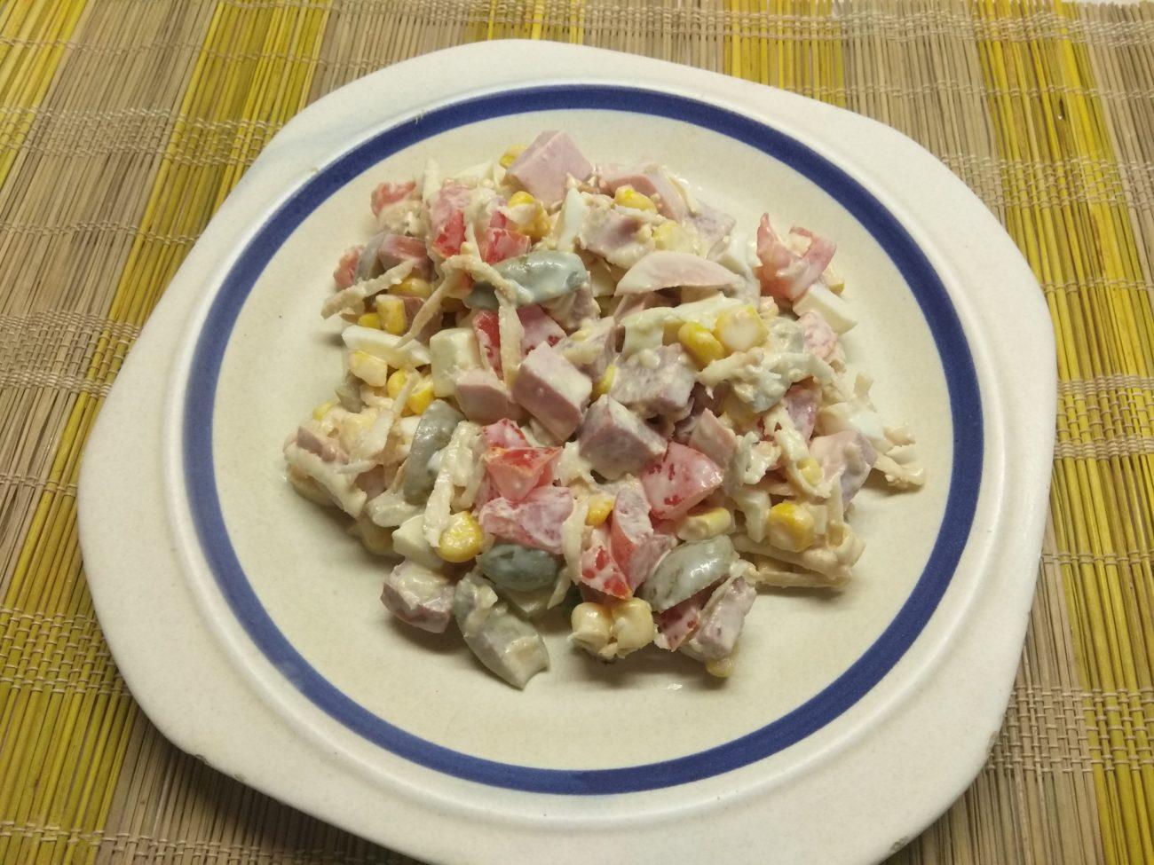 Салат из кукурузы, сельдерея и яиц