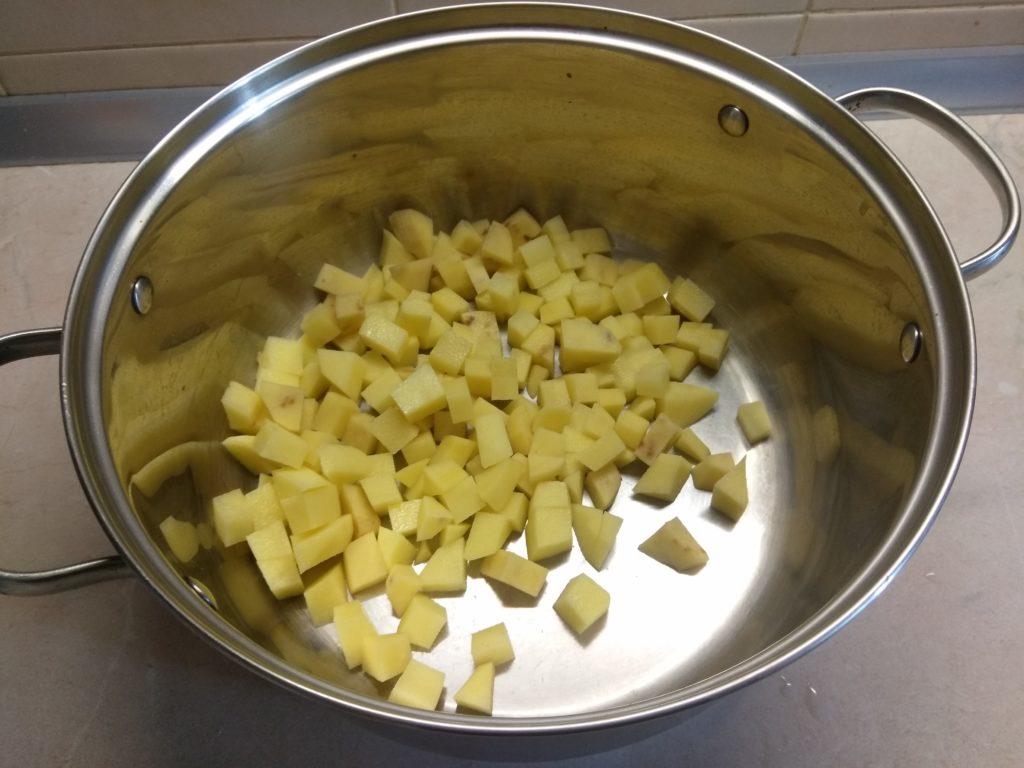 Фото рецепта - Красный борщ с сушенными лесными грибами - шаг 2