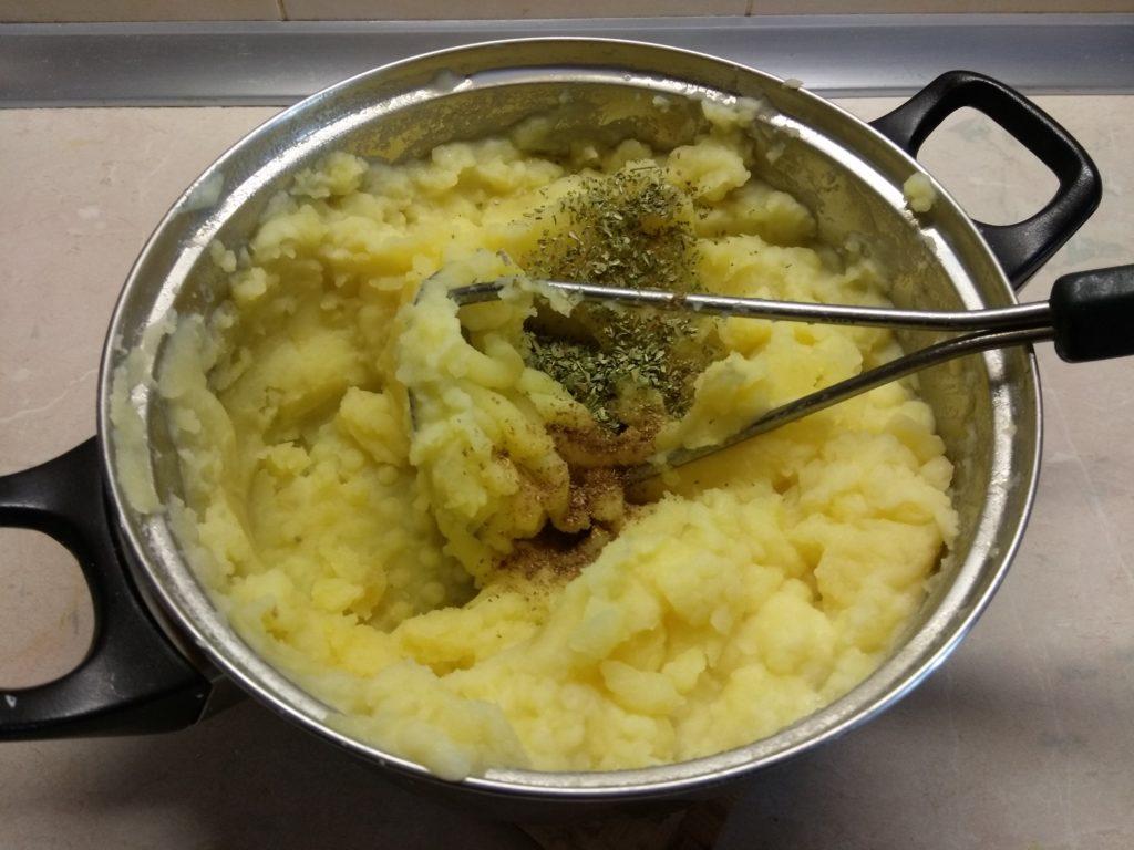 Фото рецепта - Картофельная запеканка с консервированными сардинами - шаг 3