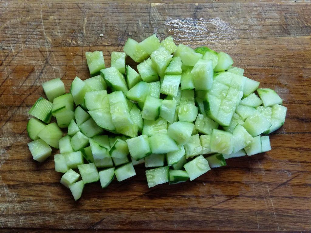Фото рецепта - Салат из булгура с крабовыми палочками и овощами - шаг 2