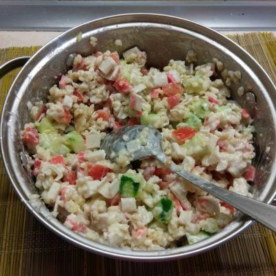 Фото рецепта - Салат из булгура с крабовыми палочками и овощами - шаг 5