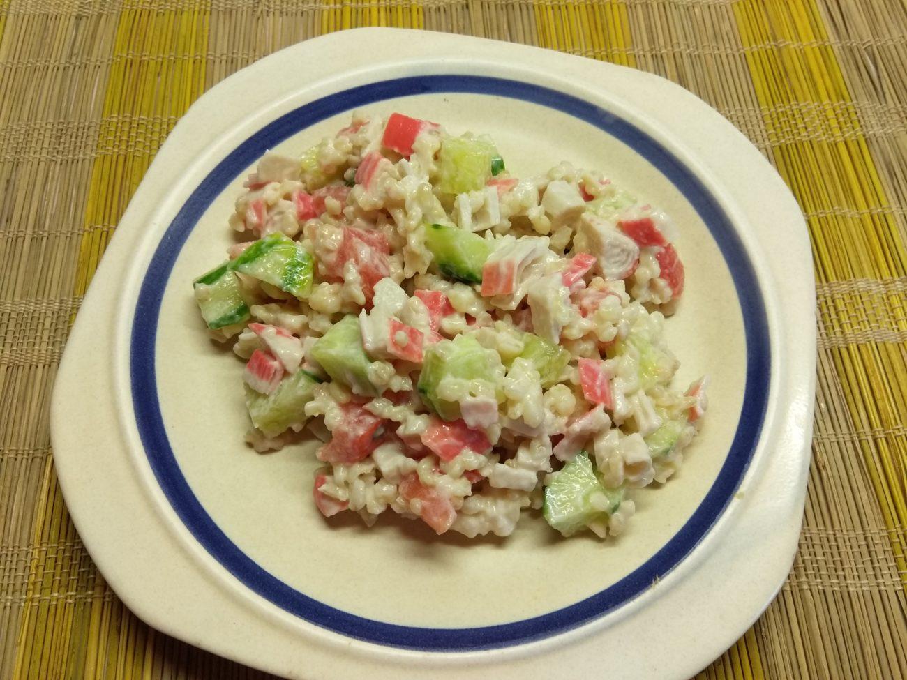 Салат из булгура с крабовыми палочками и овощами