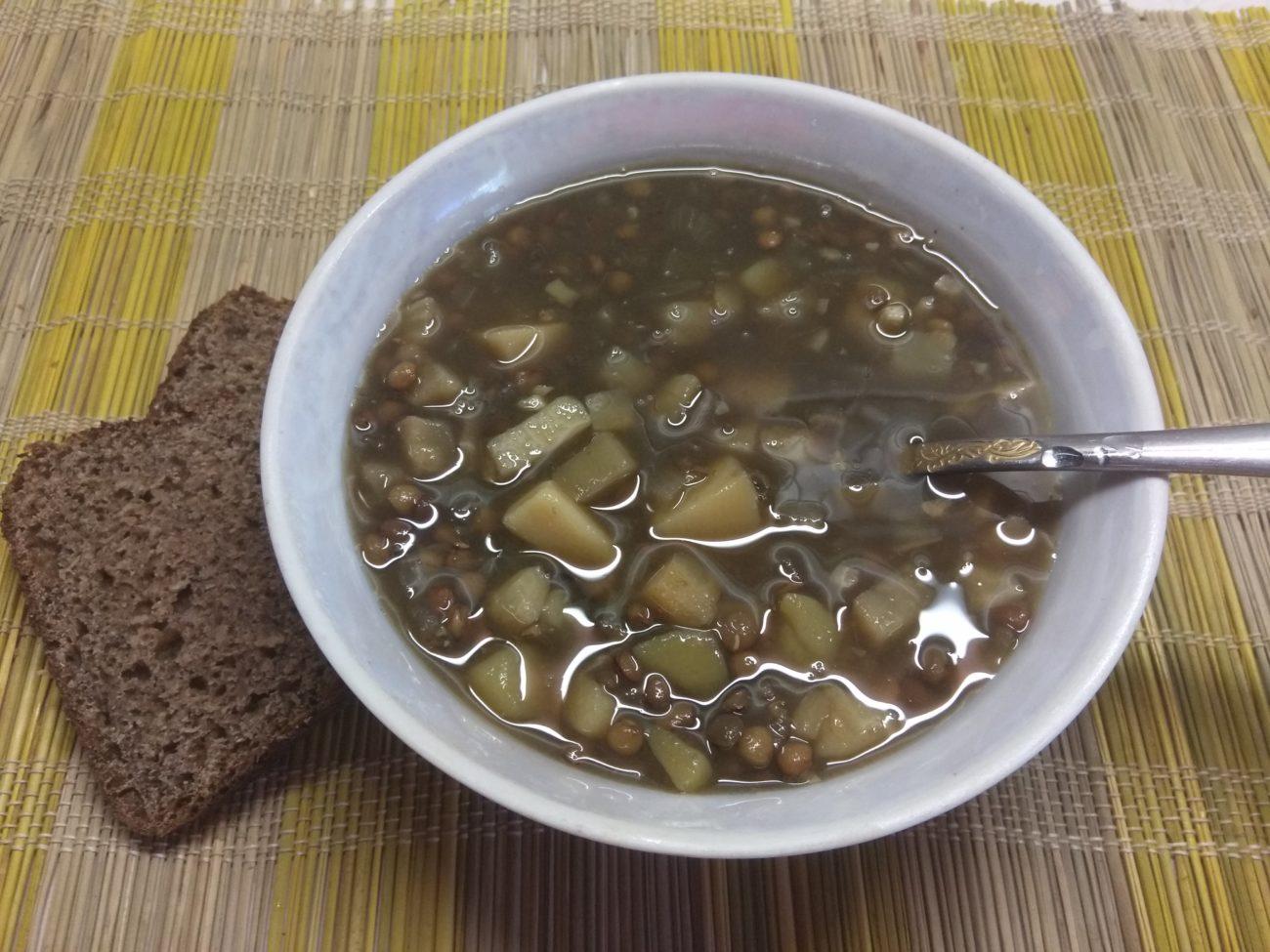 Суп из чечевицы и сельдерея на грибном бульоне