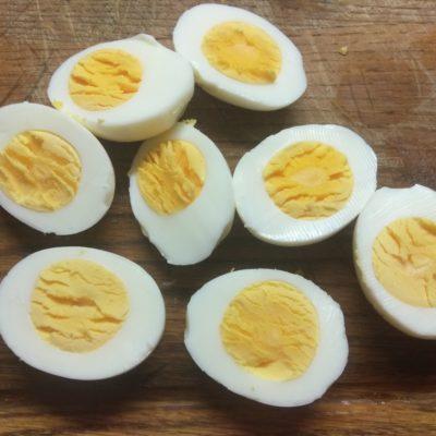 Фото рецепта - Яйца, фаршированные сельдью, корнишонами и халапеньо - шаг 1