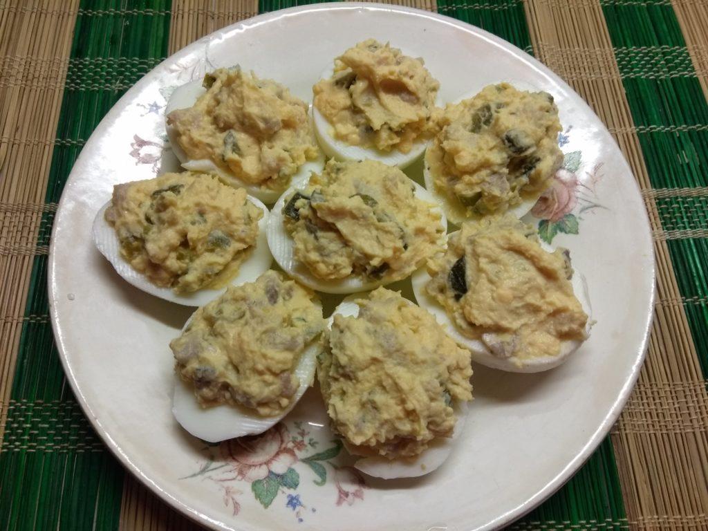 Фото рецепта - Яйца, фаршированные сельдью, корнишонами и халапеньо - шаг 6
