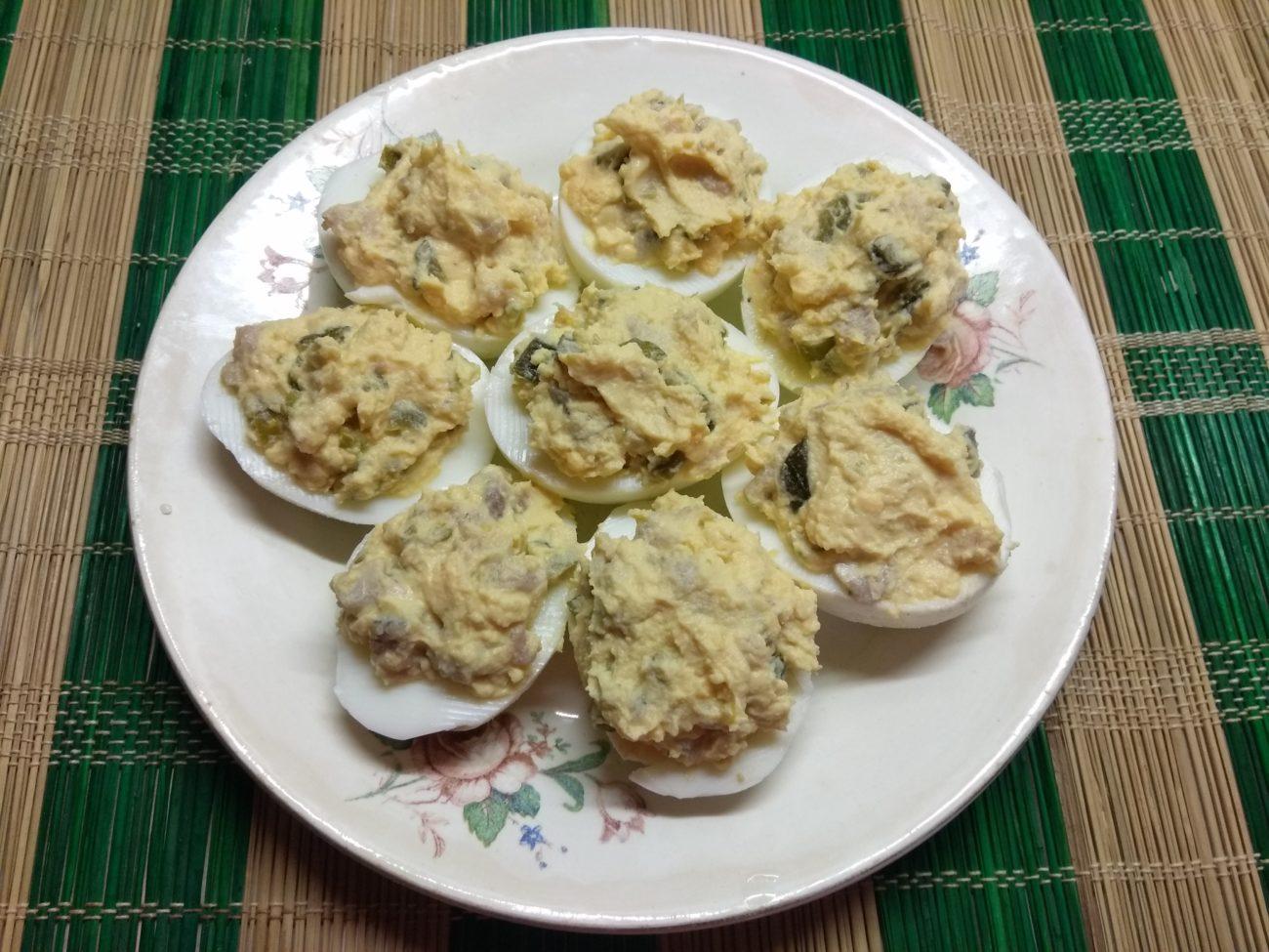 Яйца, фаршированные сельдью, корнишонами и халапеньо