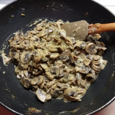 Фото рецепта - Грибной жульен со сметаной - шаг 4