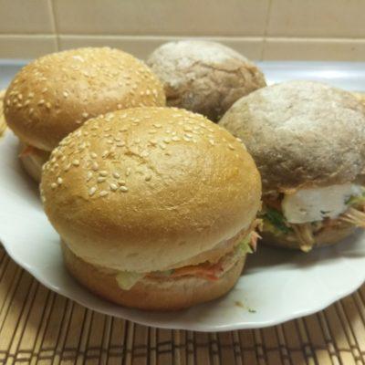 Бургеры с рваной свининой и салатом - рецепт с фото
