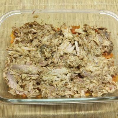 Фото рецепта - Картофельная запеканка с рваной свининой под корочкой из Моцареллы - шаг 5