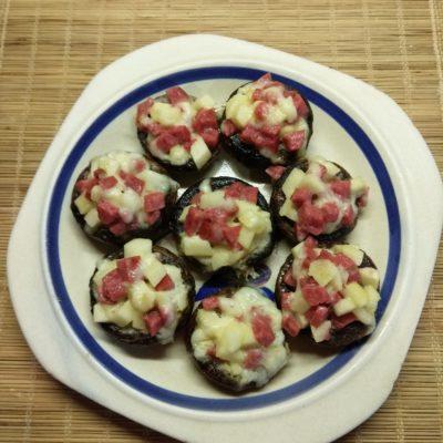 Фото рецепта - Шампиньоны, фаршированные яблоками и салями - шаг 5