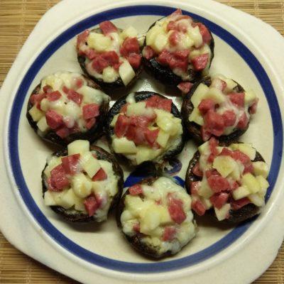 Шампиньоны, фаршированные яблоками и салями - рецепт с фото