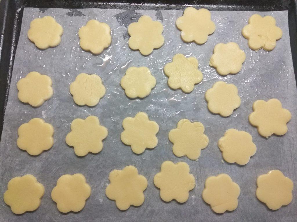 Фото рецепта - Песочное печенье со сгущёнкой - шаг 3