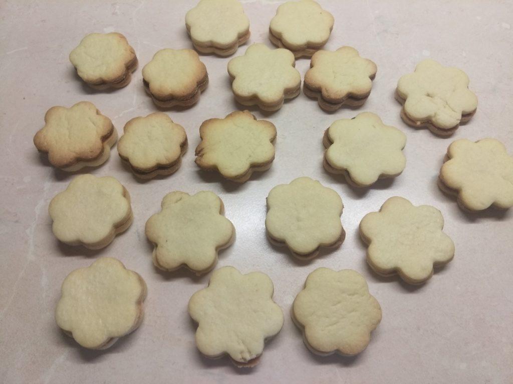 Фото рецепта - Песочное печенье со сгущёнкой - шаг 4