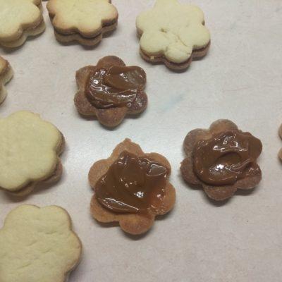 Фото рецепта - Песочное печенье со сгущёнкой - шаг 5