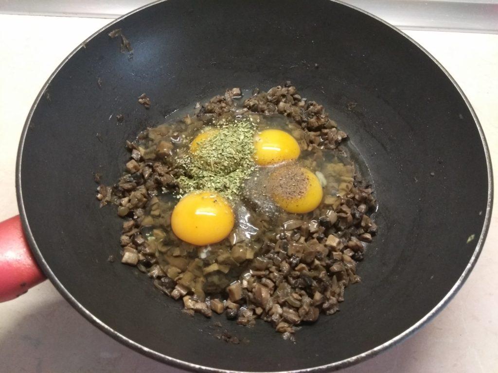 Фото рецепта - Грибной омлет с сыром Моцарелла - шаг 4