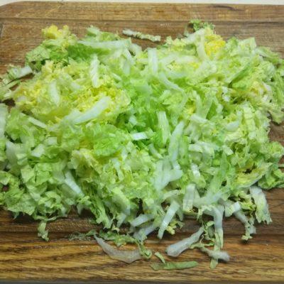 Фото рецепта - Салат из пекинской капусты, грибов и салями - шаг 1
