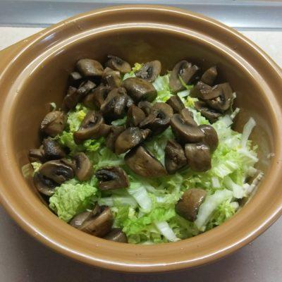 Фото рецепта - Салат из пекинской капусты, грибов и салями - шаг 2
