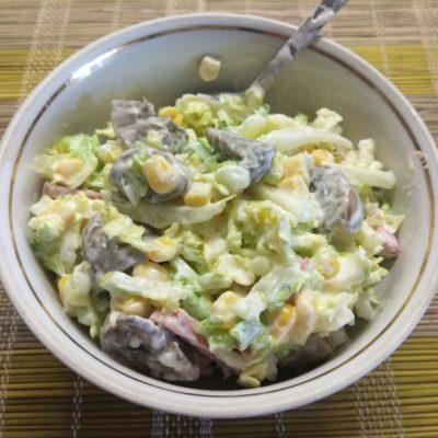 Фото рецепта - Салат из пекинской капусты, грибов и салями - шаг 5