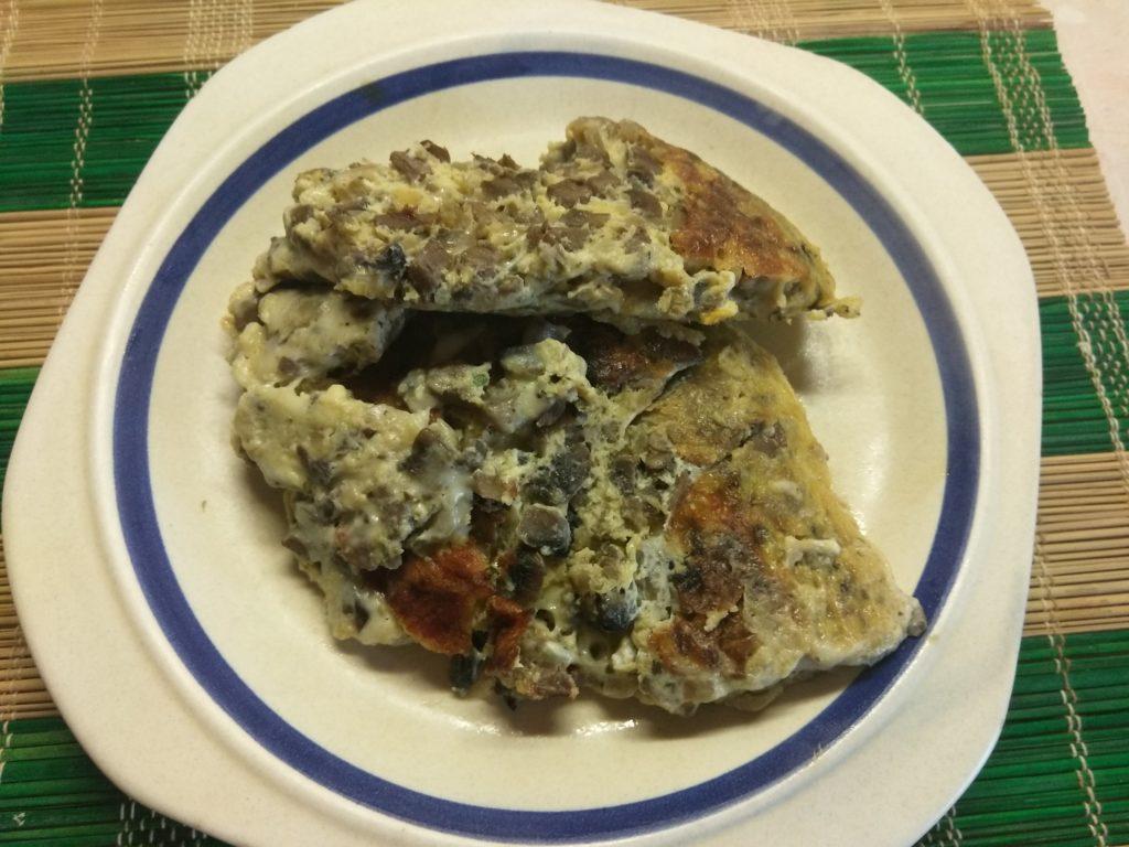 Фото рецепта - Грибной омлет с сыром Моцарелла - шаг 6