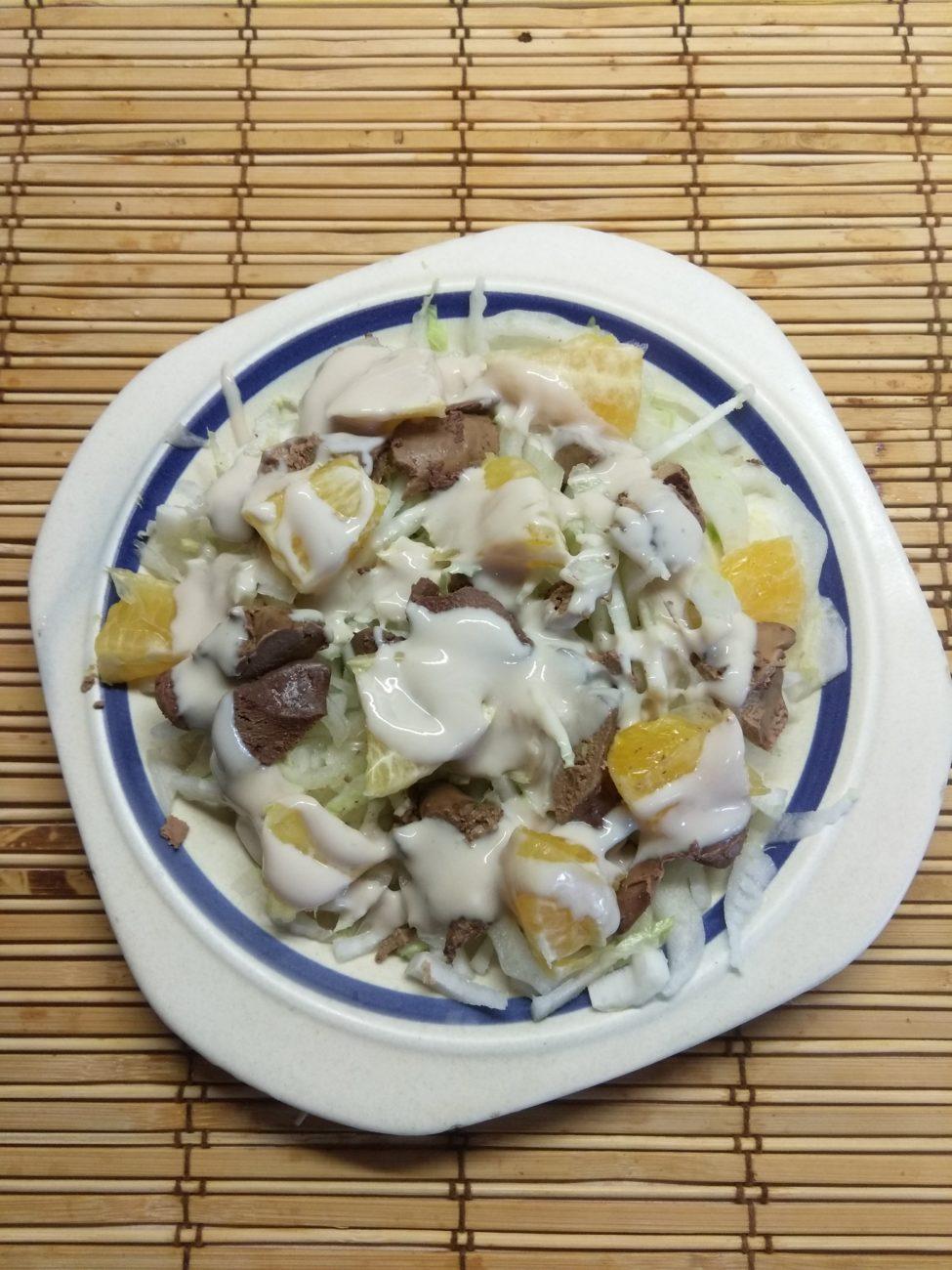 Салат из пекинской капусты, куриной печени и апельсина