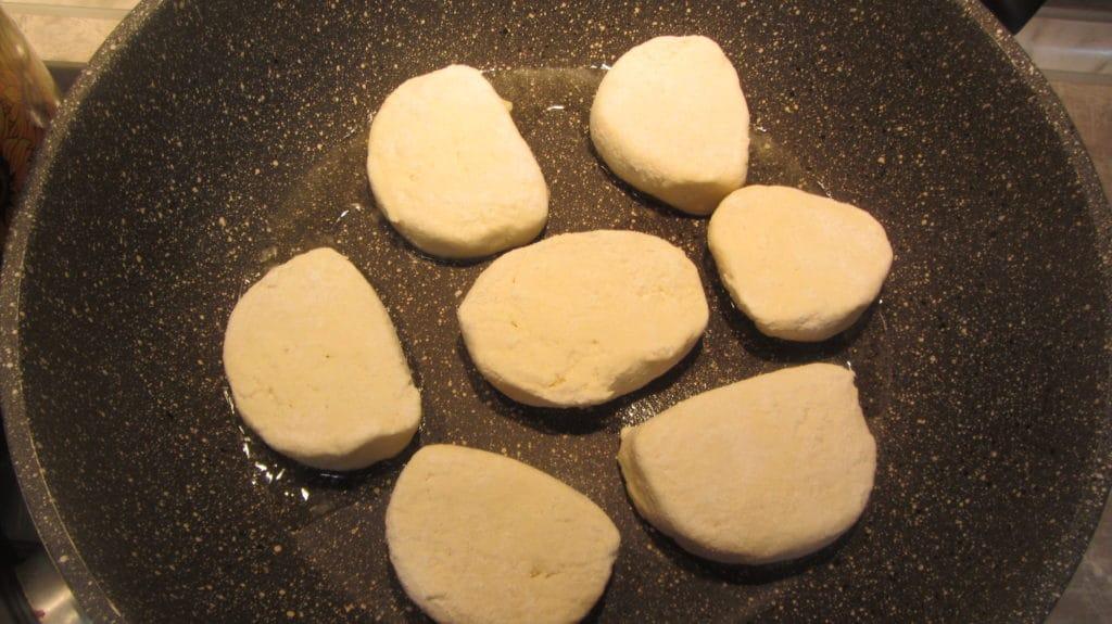 Фото рецепта - Сырники тушеные в сметане - шаг 3