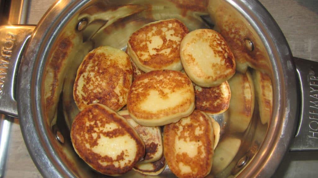 Фото рецепта - Сырники тушеные в сметане - шаг 4