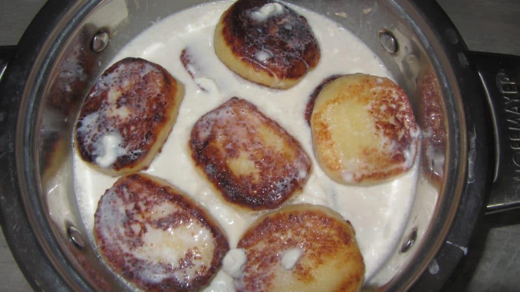Фото рецепта - Сырники тушеные в сметане - шаг 6