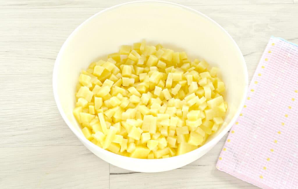 Фото рецепта - Слоеный бездрожжевой пирог с картошкой и зеленым луком - шаг 1