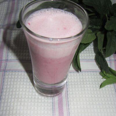 Молочный смузи с бананом и клубникой - рецепт с фото