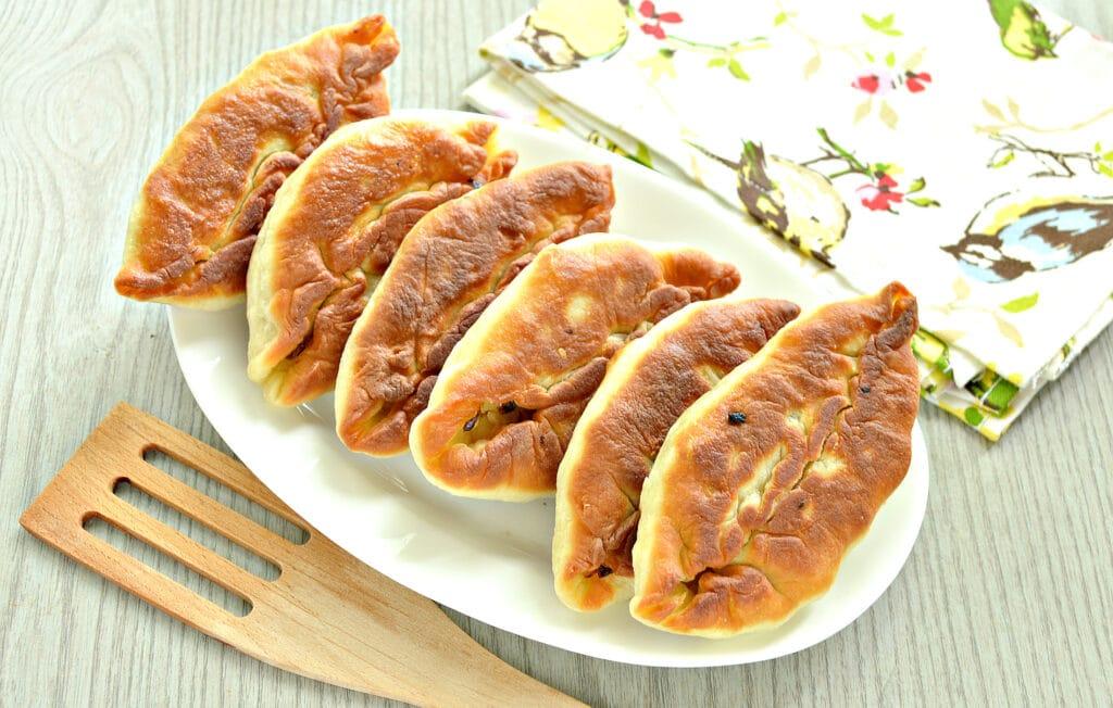 Фото рецепта - Пирожки с жареной капустой и зеленью - шаг 10