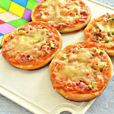 Мини-пиццы с колбасой и огурцом - рецепт с фото