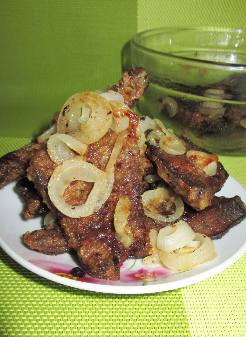 Жареная свиная печень с луком на сковороде