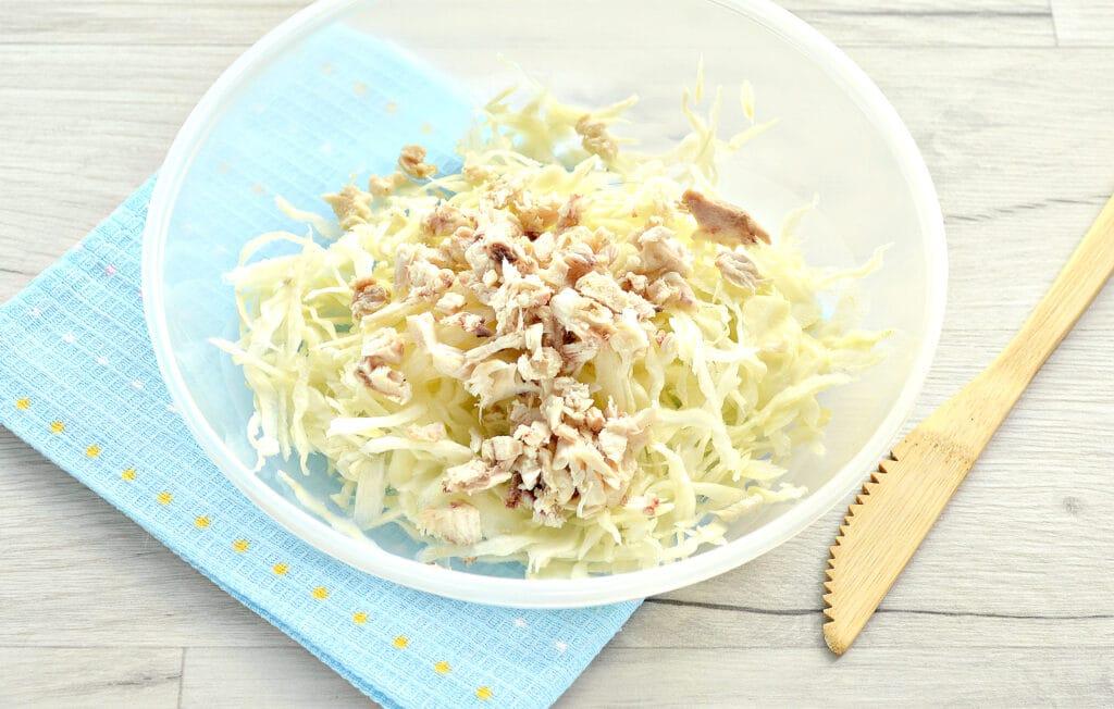 Фото рецепта - Куриный салат с сыром и капустой - шаг 2