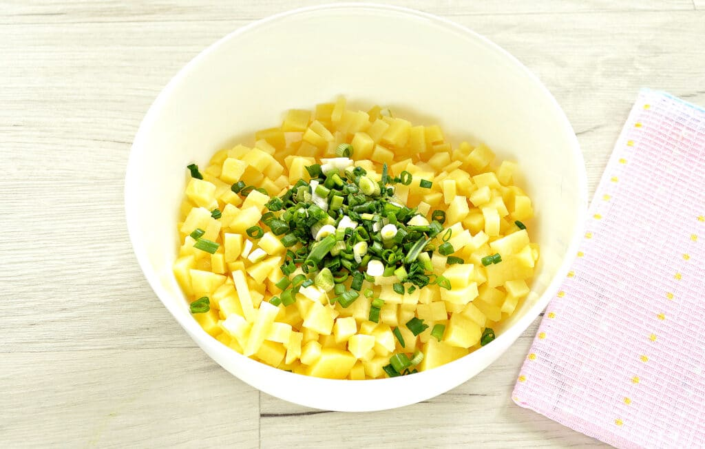 Фото рецепта - Слоеный бездрожжевой пирог с картошкой и зеленым луком - шаг 2