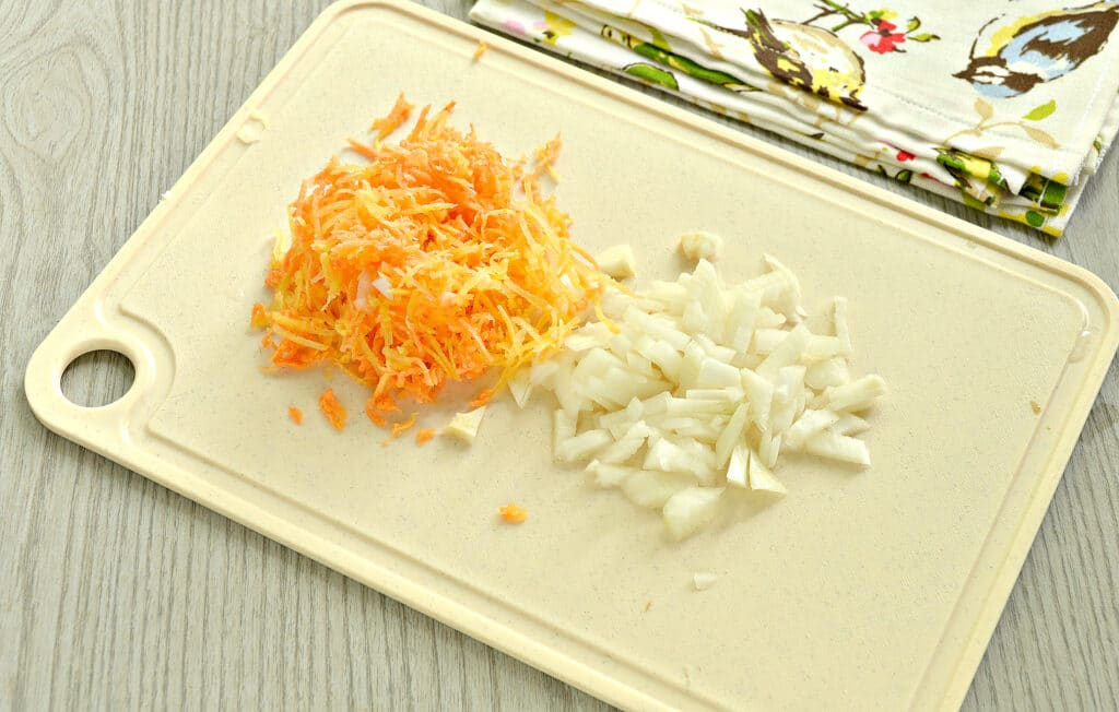 Фото рецепта - Пирожки с жареной капустой и зеленью - шаг 2