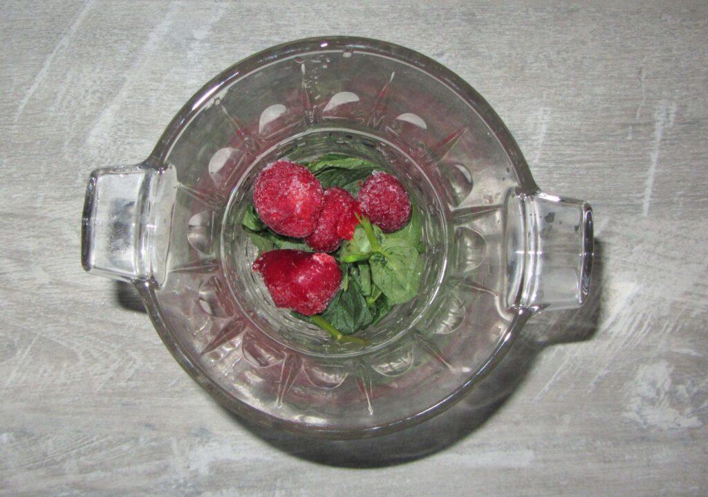 Фото рецепта - Освежающий напиток с мятой и клубникой - шаг 2