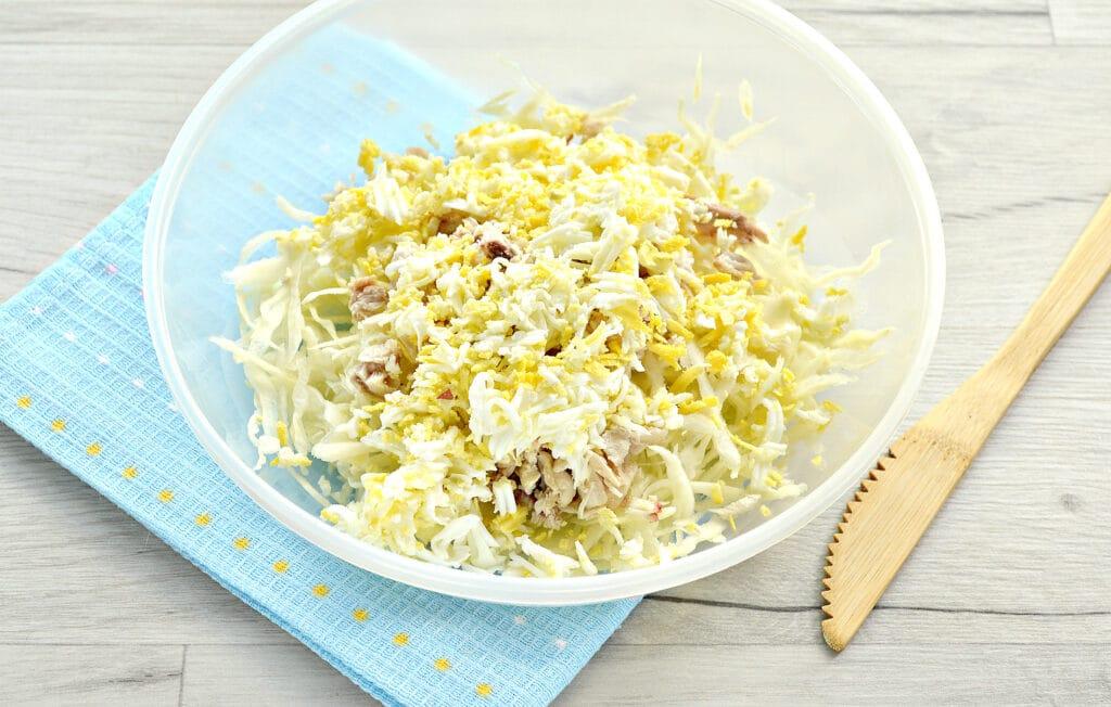 Фото рецепта - Куриный салат с сыром и капустой - шаг 3