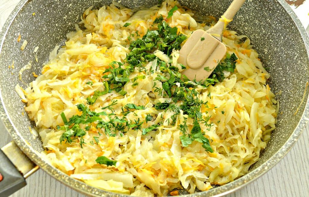Фото рецепта - Пирожки с жареной капустой и зеленью - шаг 3