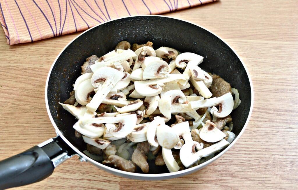 Фото рецепта - Свинина и шампиньоны в сливочном соусе - шаг 3