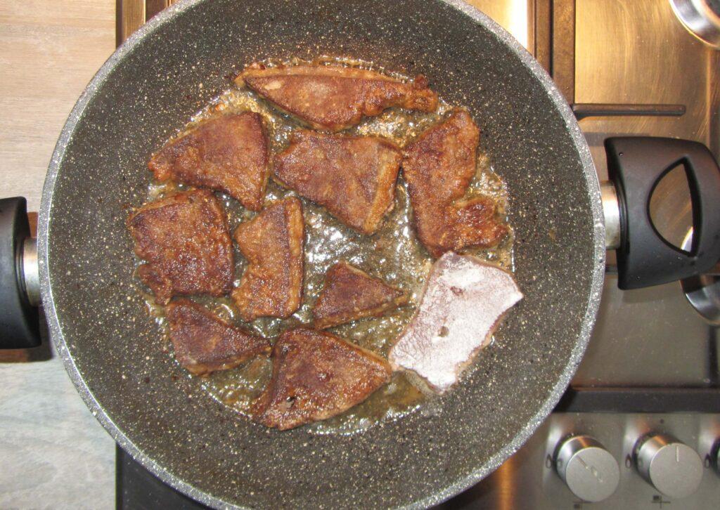 Фото рецепта - Жареная свиная печень с луком на сковороде - шаг 6