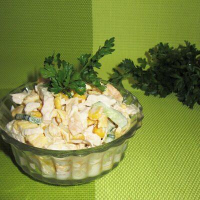 Салат с куриным филе, яичными блинчиками и огурцом - рецепт с фото