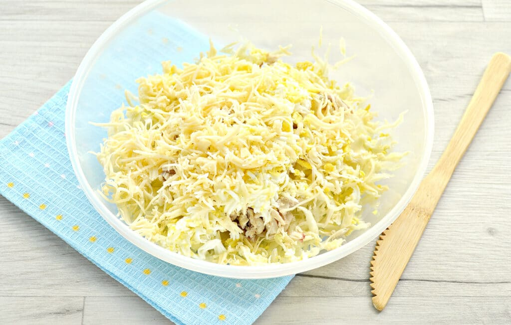 Фото рецепта - Куриный салат с сыром и капустой - шаг 4