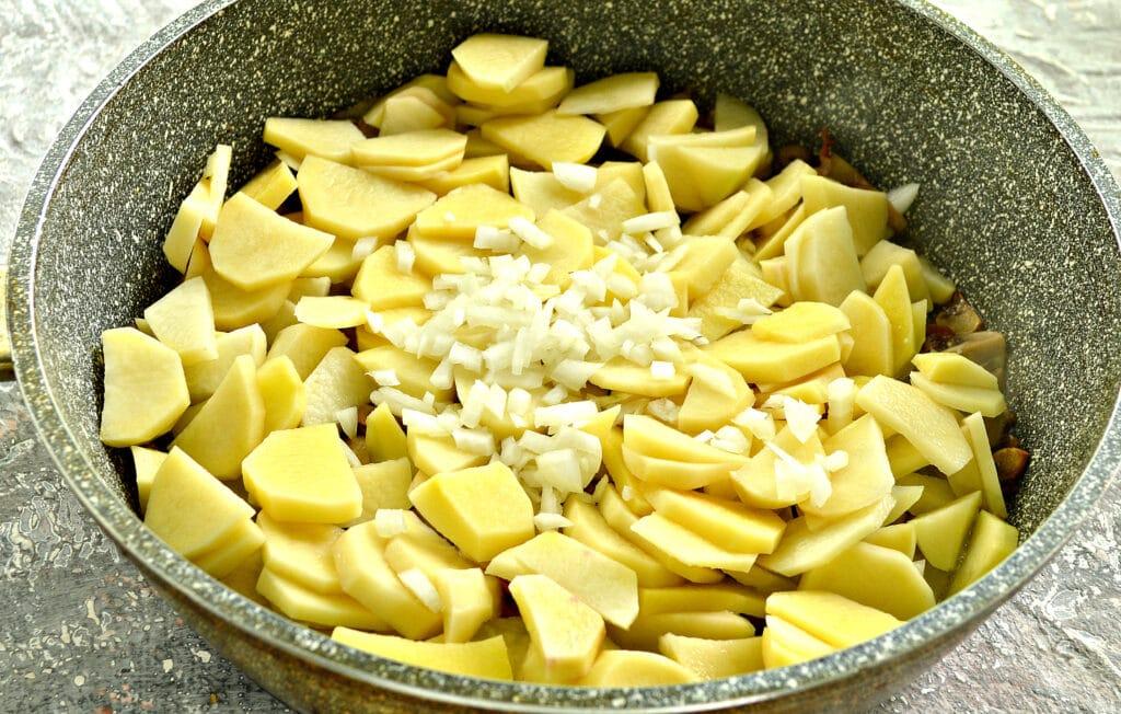 Фото рецепта - Картофель с беконом и грибами на сковороде - шаг 4