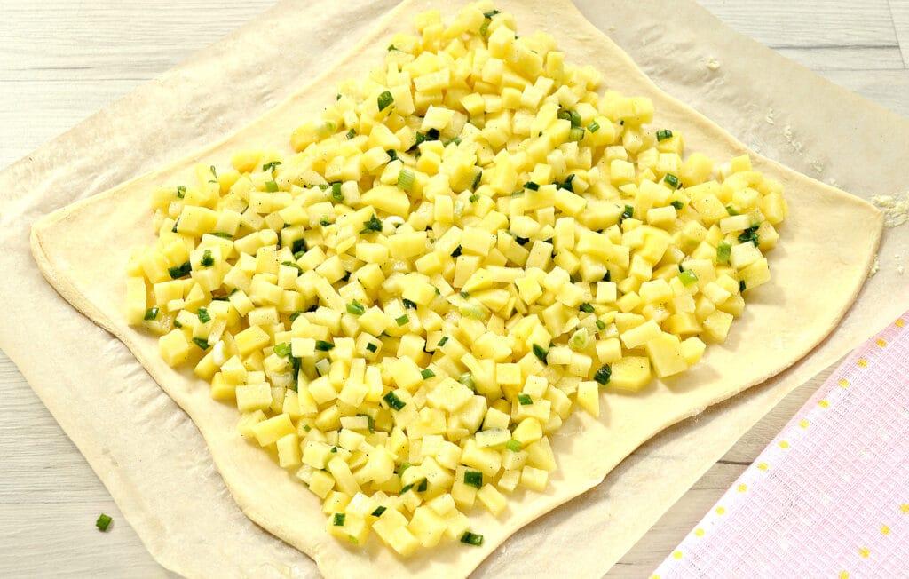Фото рецепта - Слоеный бездрожжевой пирог с картошкой и зеленым луком - шаг 4