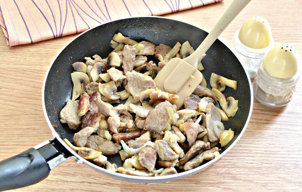 Фото рецепта - Свинина и шампиньоны в сливочном соусе - шаг 4